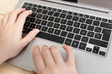 ordinateur mains clavier Université Paris 2 Panthéon Assas